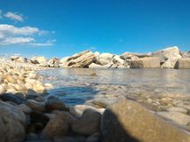 Θάλασσα με τους βράχους στον ορίζοντα Στοκ φωτογραφίες με δικαίωμα ελεύθερης χρήσης