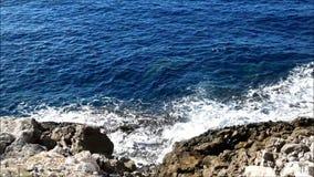 Θάλασσα με τους βράχους υπαίθρια απόθεμα βίντεο