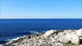 Θάλασσα με τους βράχους υπαίθρια φιλμ μικρού μήκους
