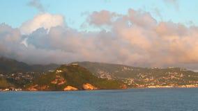 Θάλασσα, ορεινά ακτή και σύννεφα Kingstown, Άγιος Vincent και Γρεναδίνες απόθεμα βίντεο