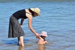θάλασσα παιχνιδιών μητέρων μωρών Στοκ Εικόνες