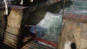 Θάλασσα στην αποβάθρα στη θύελλα απόθεμα βίντεο