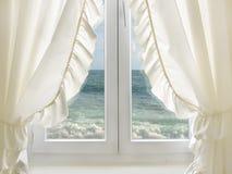 θάλασσα στο άσπρο παράθυ&rh Στοκ φωτογραφία με δικαίωμα ελεύθερης χρήσης