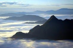 Θάλασσα της ομίχλης και του βουνού. Στοκ Εικόνες