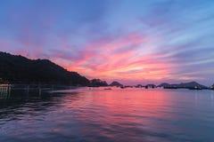 Θάλασσα τοπίων κάτω από το φυσικό ζωηρόχρωμο ουρανό στο ηλιοβασίλεμα Dawn Sunrise Στοκ Φωτογραφία