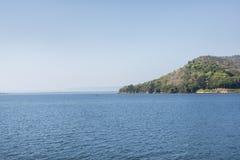 Θάλασσα τοπίων με το βουνό στην Ταϊλάνδη Στοκ φωτογραφία με δικαίωμα ελεύθερης χρήσης