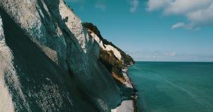 Θάλασσα χρώματος σμαράγδων και ο άσπρος απότομος βράχος απόθεμα βίντεο