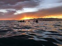 Θάλασσα Kayaking στο ηλιοβασίλεμα Νέα Ζηλανδία στοκ φωτογραφία