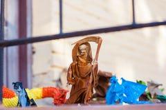 Θάνατος με ένα έγγραφο δρεπανιών, ηλικιωμένη γυναίκα origami με ένα δρεπάνι στοκ εικόνα