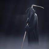 Θάνατος με το δρεπάνι που στέκεται στην ομίχλη στοκ φωτογραφία