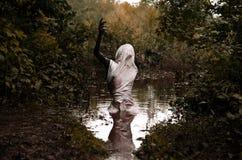 Θάνατος στο δάσος, άνθρωποι στο ρύπο στοκ εικόνα