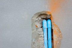 Θάψτε έναν σωλήνα PVC στο συμπαγή τοίχο με το copyspace στο αριστερό στοκ εικόνα με δικαίωμα ελεύθερης χρήσης