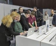 Θάλαμος επιχείρησης της Apple στην Κεντρική και Ανατολική Ευρώπη 2015, η μεγαλύτερη εμπορική έκθεση ηλεκτρονικής στην Ουκρανία Στοκ φωτογραφία με δικαίωμα ελεύθερης χρήσης