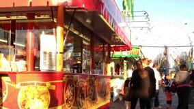 Θάλαμος τροφίμων στις διασκεδάσεις καρναβάλι δυτικών ακτών απόθεμα βίντεο