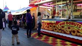 Θάλαμος τροφίμων στις διασκεδάσεις καρναβάλι δυτικών ακτών φιλμ μικρού μήκους