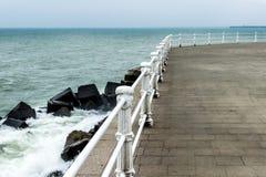 Θάλασσα ή ωκεάνια κύματα πέρα από τους άσπρους στυλοβάτες Στοκ φωτογραφία με δικαίωμα ελεύθερης χρήσης