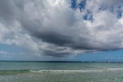 Θάλασσα ή ωκεάνιο νερό με το μπλε ουρανό και τα δραματικά σύννεφα Στοκ Φωτογραφία
