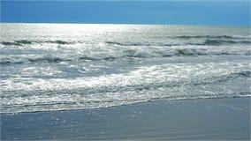 Θάλασσα ακτών το χειμώνα όταν διαπερνά μόλις ο ήλιος τα παχιά γκρίζα σύννεφα φιλμ μικρού μήκους