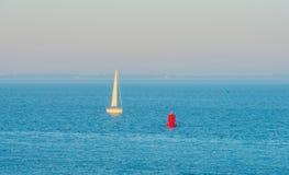 Θάλασσα λαμβάνοντας υπόψη την ανατολή Στοκ Φωτογραφίες
