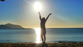 Θάλασσα Ανατολή Σκιαγραφία ενός νέου κοριτσιού στην παραλία απόθεμα βίντεο