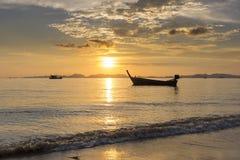 Θάλασσα, βάρκα, ηλιοβασίλεμα Στοκ Εικόνα