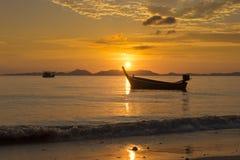 Θάλασσα, βάρκα, ηλιοβασίλεμα Στοκ Φωτογραφίες