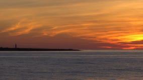 Θάλασσα και ακτή στο ηλιοβασίλεμα απόθεμα βίντεο