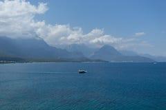 Θάλασσα και βουνά με τη μικρή τουριστική βάρκα στοκ φωτογραφία με δικαίωμα ελεύθερης χρήσης