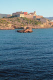 Θάλασσα και ενισχυμένη πόλη στη δύσκολη ακτή Ibiza, Ισπανία Στοκ φωτογραφία με δικαίωμα ελεύθερης χρήσης