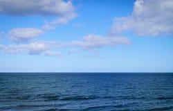 Θάλασσα και μπλε ουρανός με το σύννεφο Στοκ Εικόνα
