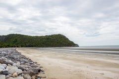Θάλασσα και ουρανός παραλιών βράχου Στοκ φωτογραφία με δικαίωμα ελεύθερης χρήσης