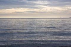 Θάλασσα και ουρανός παραλιών πρωινού Στοκ Εικόνες