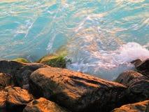Θάλασσα και πέτρες του σκοπέλου Στοκ Φωτογραφία