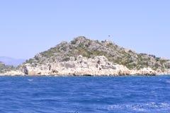 Θάλασσα και πράσινος βράχος Στοκ εικόνες με δικαίωμα ελεύθερης χρήσης