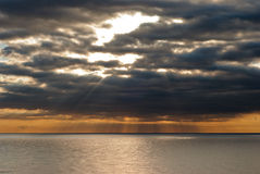 Θάλασσα και δραματικός ουρανός Στοκ Φωτογραφίες