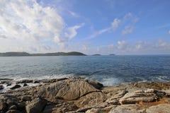 Θάλασσα και σαφώς μπλε ουρανός ναυτικού Στοκ εικόνα με δικαίωμα ελεύθερης χρήσης
