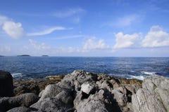 Θάλασσα και σαφώς μπλε ουρανός ναυτικού Στοκ εικόνες με δικαίωμα ελεύθερης χρήσης