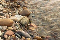 Θάλασσα και χαλίκια Στοκ εικόνα με δικαίωμα ελεύθερης χρήσης
