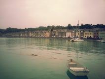 Θάλασσα και χωριό βαρκών στοκ φωτογραφία με δικαίωμα ελεύθερης χρήσης