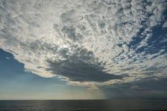Θάλασσα και όμορφα σύννεφα Στοκ εικόνες με δικαίωμα ελεύθερης χρήσης