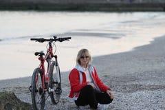 Θάλασσα, κορίτσι, ποδήλατο Στοκ Φωτογραφία