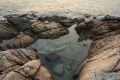 Θάλασσα, κύματα, άμμος και πέτρες Στοκ Εικόνα