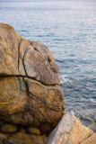 Θάλασσα, κύματα, άμμος και πέτρες Στοκ φωτογραφία με δικαίωμα ελεύθερης χρήσης