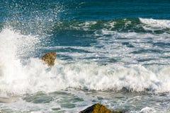 Θάλασσα, μεγάλοι κύμα και παφλασμοί πέρα από τις πέτρες Στοκ φωτογραφία με δικαίωμα ελεύθερης χρήσης