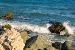 Θάλασσα, μεγάλοι κύμα και παφλασμοί πέρα από τις πέτρες Στοκ Φωτογραφίες