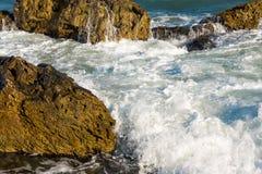 Θάλασσα, μεγάλοι κύμα και παφλασμοί πέρα από τις πέτρες Στοκ φωτογραφίες με δικαίωμα ελεύθερης χρήσης