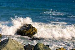 Θάλασσα, μεγάλοι κύμα και παφλασμοί πέρα από τις πέτρες Στοκ Εικόνα