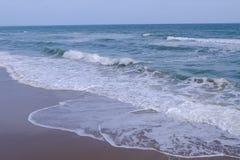 Θάλασσα με τα συντρίβοντας κύματα Στοκ φωτογραφία με δικαίωμα ελεύθερης χρήσης