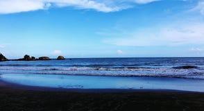 Θάλασσα με το θερμό καλό μπλε ουρανό Στοκ Φωτογραφίες