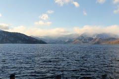 Θάλασσα με Mountines Στοκ εικόνες με δικαίωμα ελεύθερης χρήσης